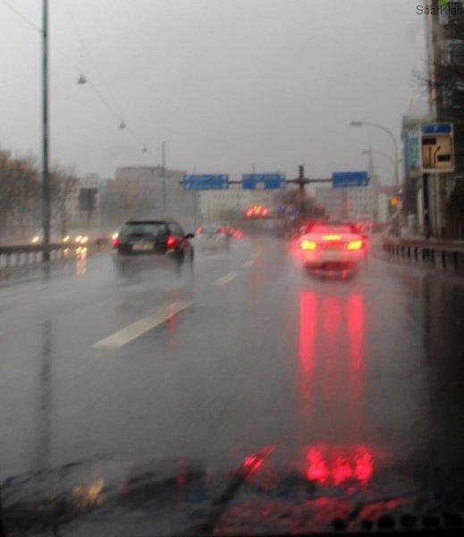 Lang ersehnter Duft vom Regen auf Asphalt