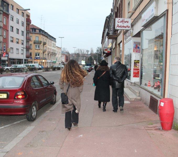 Eine kleine Truppe macht sich auf dem Weg zum Theater