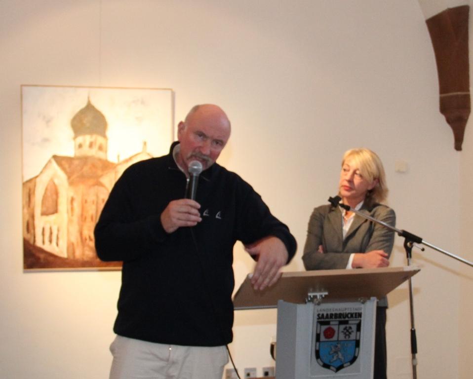 """""""Das macherorts noch nicht mal eine Tafel an die Synagoge erinnert, hat mich wütend gemacht"""", sagt Künstler Alexander Dettmar, hier mit Kunsthistorikerin Dr. Ingeborg Besch"""