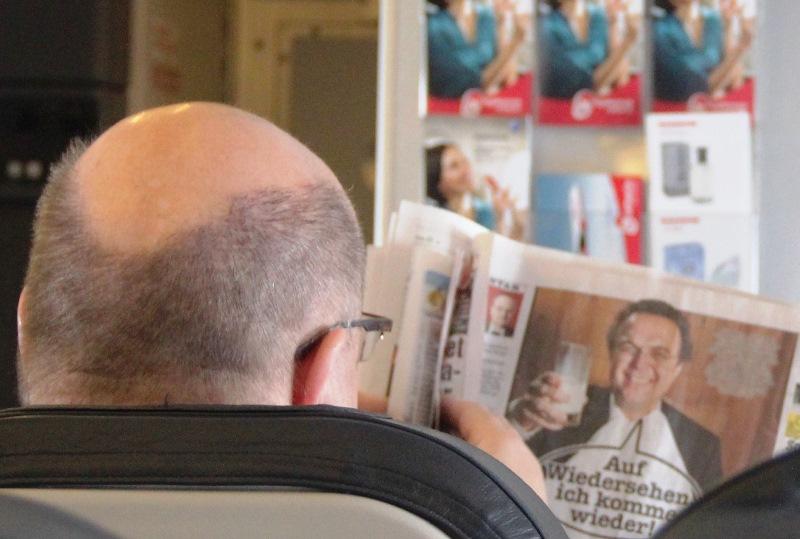 Minister Altmeier bei Zeitungslektüre im Flugzeug