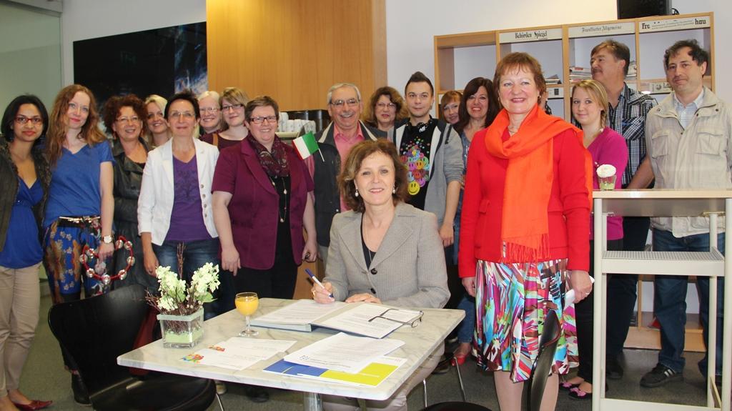 Oberbürgermeisterin Charlotte Britz unterzeichnet die Charta der Vielfalt