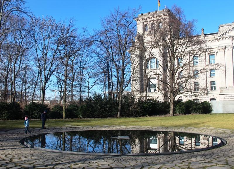 Eine zentrale Gedenkstätte für die im Nationalsozialismus ermordeten Sinti und Roma Europas ist erst 2012 in Berlin eingeweiht worden.